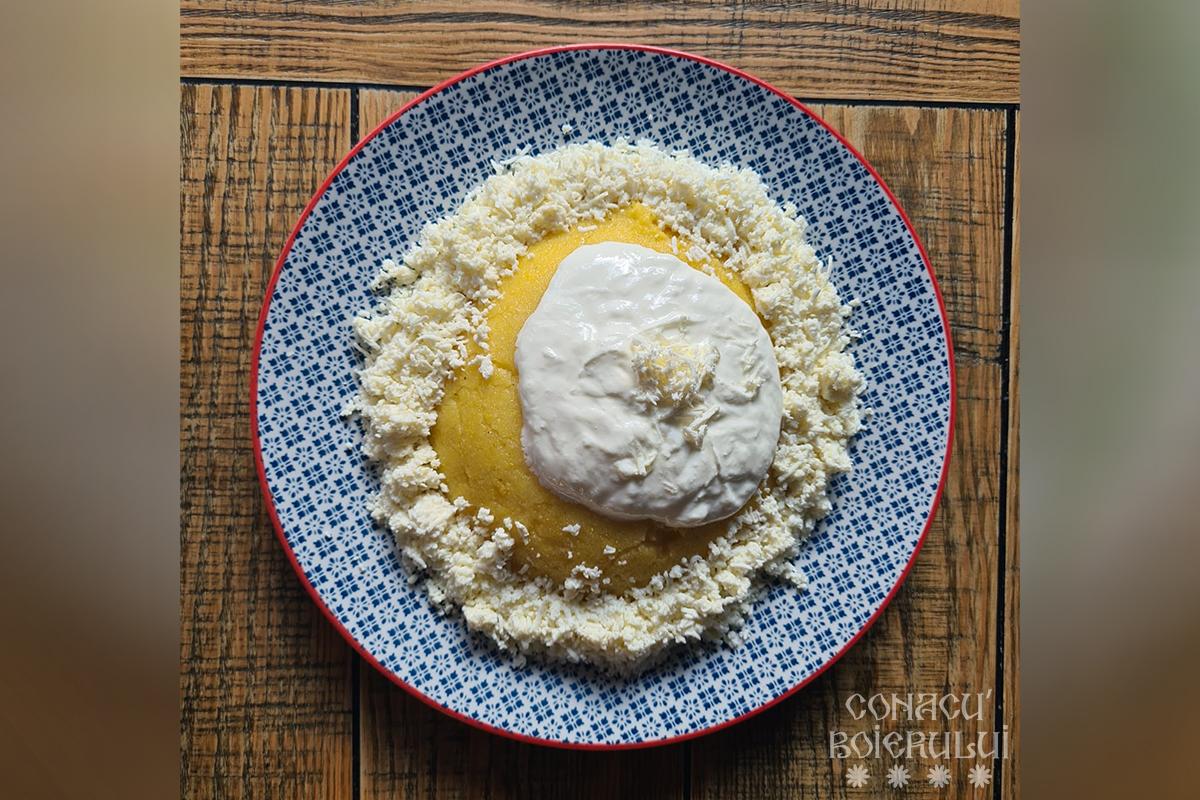 Mămăligă cu brânză și smântână